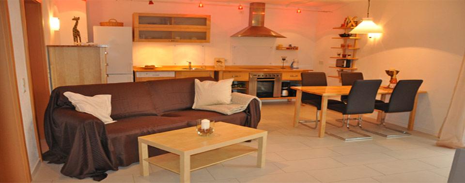 Blick zur Küche + Wohn- und Essbereich